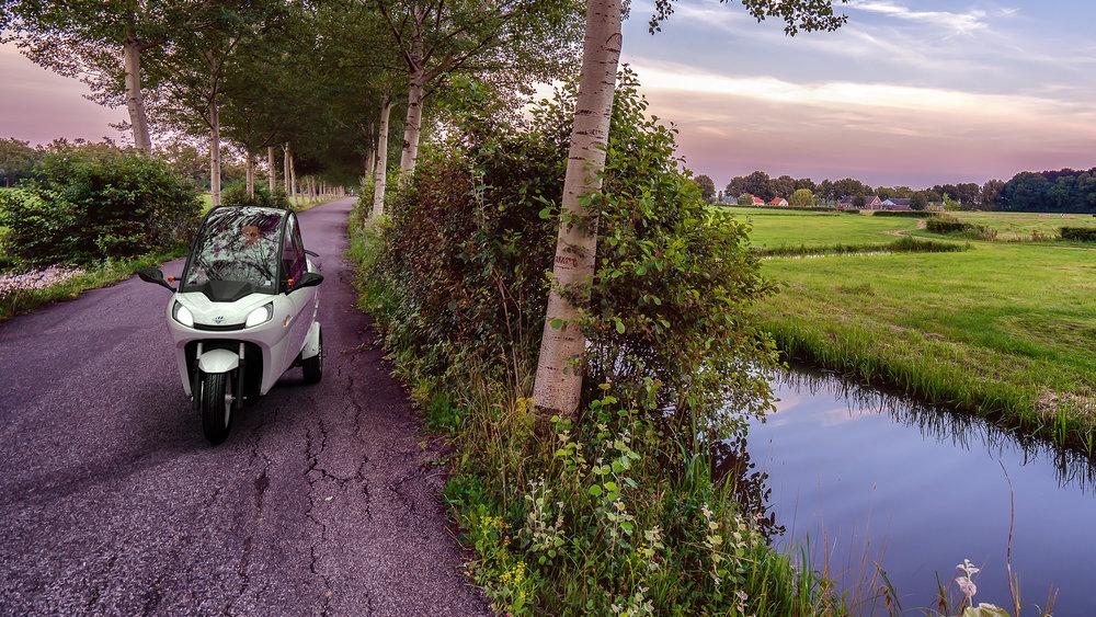 Carver ontwikkelt, produceert en verkoopt innovatieve voertuigen waarmee slimmer, sneller en duurzamer kan worden gereisd. In april kondigde het mobiliteitsbedrijf uit Amsterdam haar eerste stadsvoertuig aan: de elektrische low-speed Carver. De overkapte Carver valt in de Nederlandse scooterklasse, is 88 centimeter breed, 159 centimeter hoog en heeft een topsnelheid van 45 km/u. Het bedrijf is de opvolger van Carver Technology uit 's Gravendeel dat al in 2003 internationale bekendheid verwierf met de Carver One, een smal driewielig motorvoertuig met een unieke technologie en dito rijeigenschappen. Gepatenteerd kantelsysteem De Carver is een 'enclosed narrow vehicle' (ENV) met een technologie die uniek is in de wereld. Met de gepatenteerde kanteltechnologie – een Nederlandse innovatie – verenigt de Carver twee tot nog toe onverenigbare werelden: het comfort en de veiligheid van een auto met het gemak en de wendbaarheid van een scooter. Daarmee krijgen forensen en stedelingen vanaf oktober een slimmer, sneller en duurzamer alternatief voor de traditionele auto, motor of scooter.